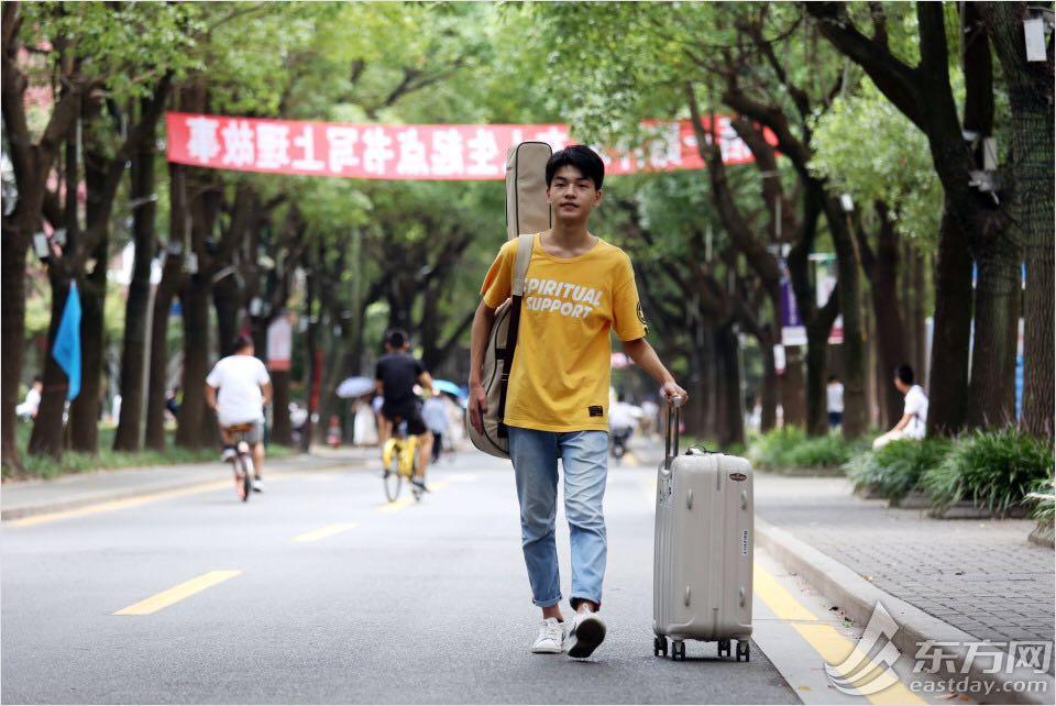 东方网 00后成为大学新生主力军 他们的行李箱都装了